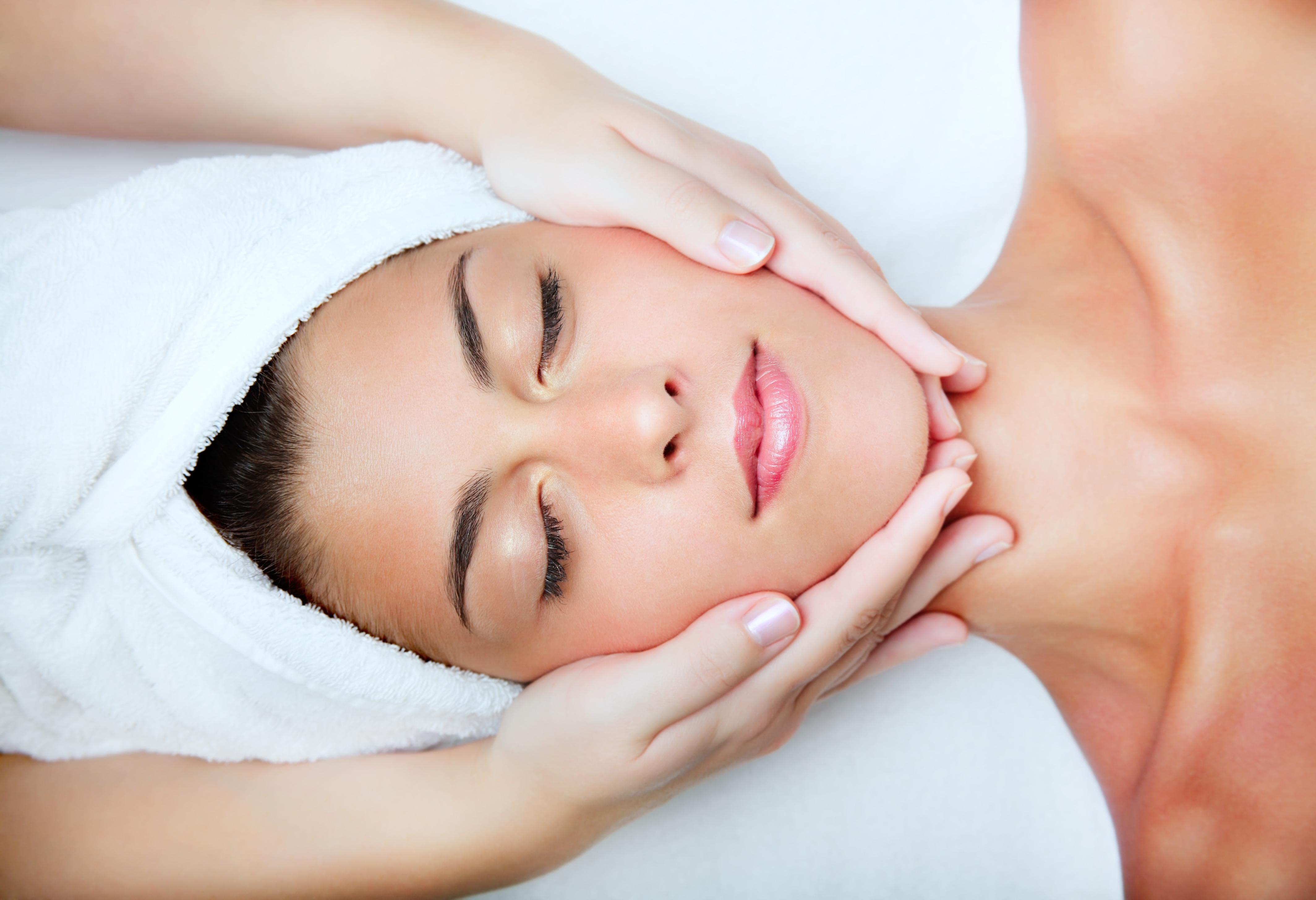 Miten hoitaa kasvoja? Hyödylliset vinkit ja tehokkaat kauneustuotteet
